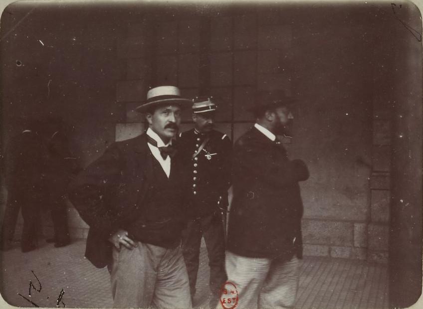 """Image - Viviani et Dubois, de <em>L'Aurore</em>"""" /></a></p> </div><h3>Commentaires</h3><p>Le procès de Rennes est suivi par des dizaines journalistes venus du monde entier, à commencer par les journalistes de <em>L'Aurore, </em>qui rend compte des débats au quotidien. On voit ici le journaliste Philippe Dubois en compagnie du député socialiste René Viviani (1862-1925). Ce dernier, s'il avait réclamé la mort de Dreyfus en 1894, signe en 1899 l'<em>Adresse à Dreyfus</em> qui soutient le capitaine suite à sa nouvelle condamnation.</p><h3>Auteur</h3><p>Non déterminé</p><h3>Date</h3><p>Août 1899</p><h3>Origine</h3><p>Bibliothèque nationale de France, département des estampes et photographies</p><h3>Mots-clés</h3><ul class="""