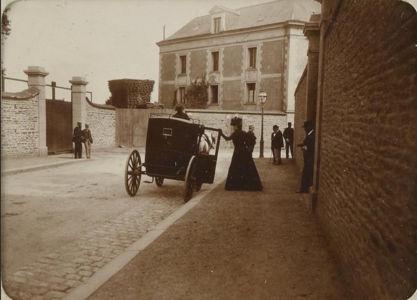 Image - Madame Dreyfus sort de la prison militaire