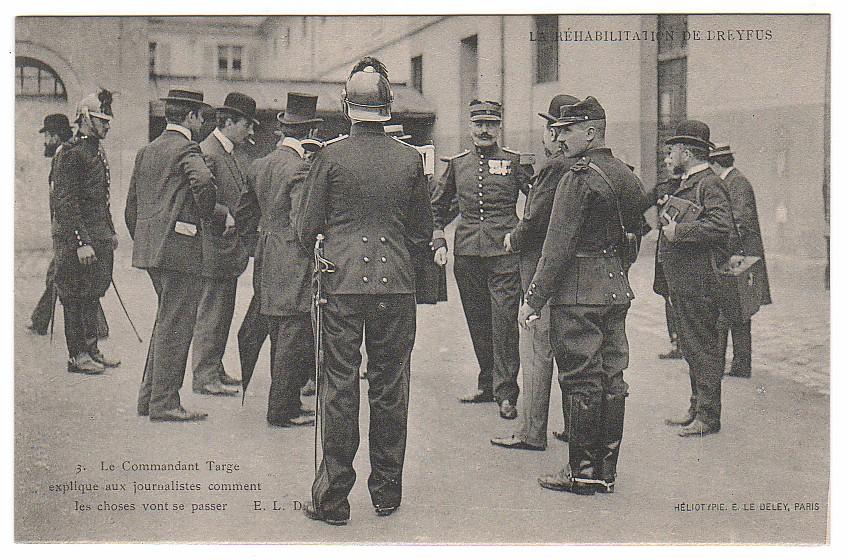 Image - Les journalistes dans la cour de l'Ecole Militaire