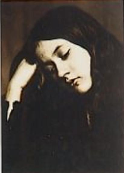 Image - Denise de trois quarts, tête baissée appuyée sur son bras
