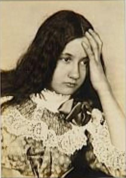 Image - Denise de face, main gauche appuyée sur le front