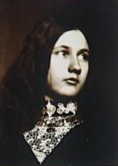 Image - Denise de face, regard vers la gauche