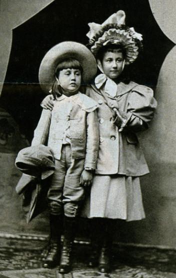 Image - Denise et Jacques à l'âge de sept et cinq ans