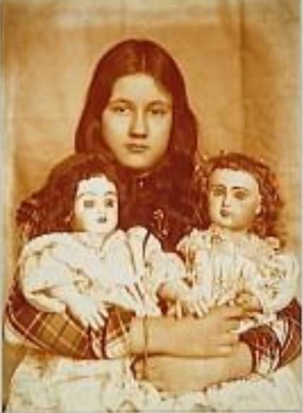 Image - Denise avec ses deux poupées
