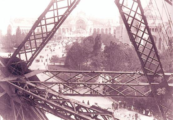 Image - Vue depuis la tour Eiffel sur les jardins du Champ-de-Mars et le Palais de l'électricité