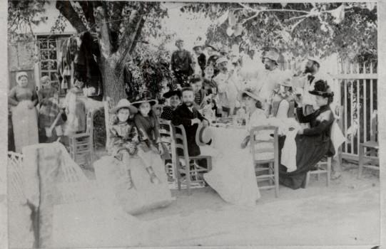 Image - Repas sous les arbres, à Royan