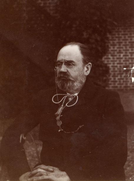 Image - Emile Zola assis dans le jardin de Médan