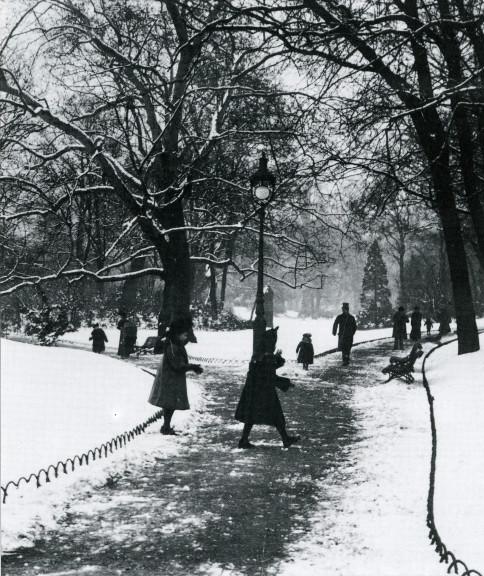 Image - Bataille de boules de neige dans le parc Monceau