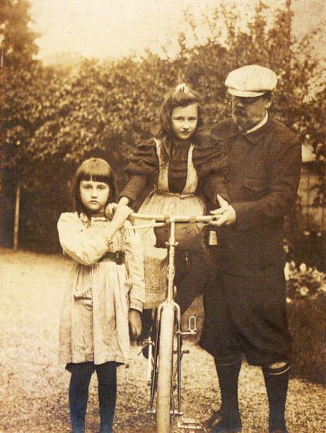 Image - Emile Zola avec Jacques et Denise sur un vélo
