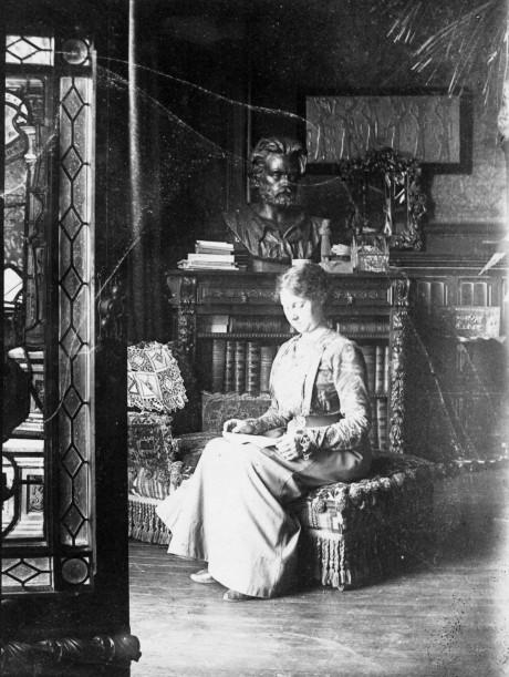 Image - Elina Laborde dans le bureau d'Emile Zola, à Médan
