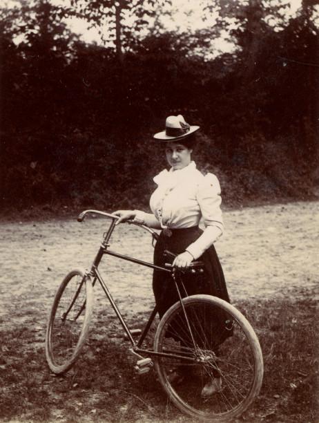 Image - Elina Laborde près de sa bicyclette