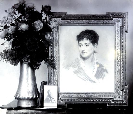 Image - Le pastel de Manet représentant Alexandrine Zola, une photographie de Zola et un bouquet de fleurs