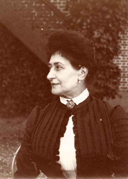 Image - Alexandrine Zola, de profil gauche