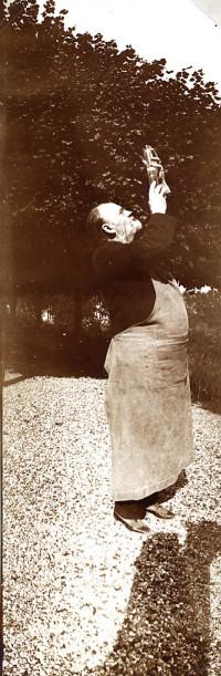 Image - Emile Zola observant un produit de développement photographique