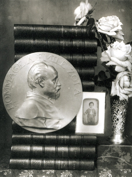Image - Médaille Charpentier posée sur les romans de Zola