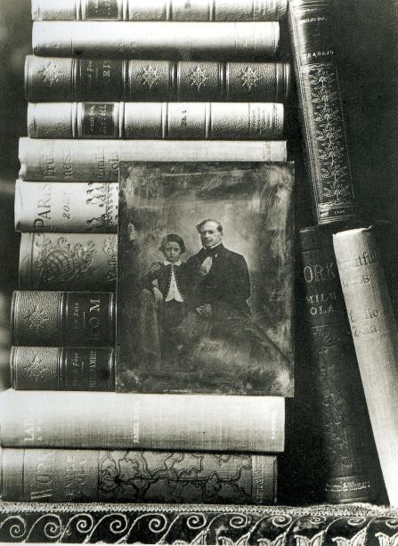 Image - Composition autour du daguerréotype représentant le jeune Zola avec son père