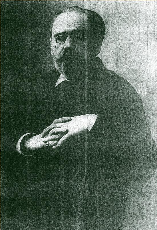 Image - Emile Zola assis, les mains croisées