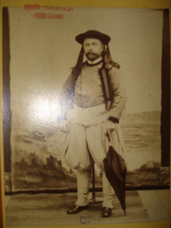 Image - Emile Zola habillé en breton