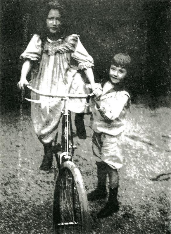 Image - Jacques tenant Denise sur une bicyclette