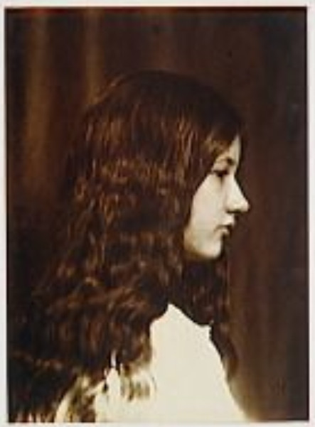 Image - Denise de profil droit, en robe blanche