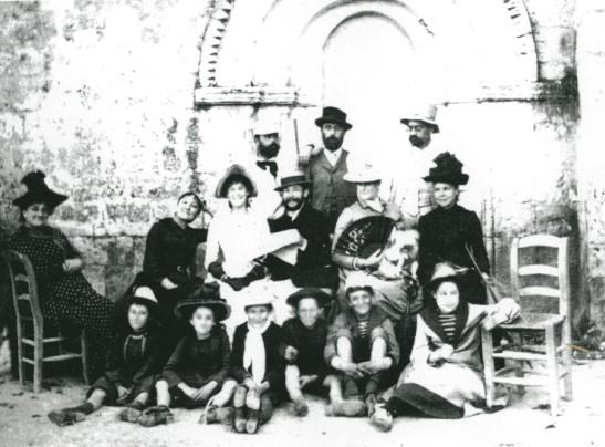 Image - Devant l'église de Médis